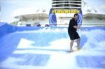 Comandante Charles Teige a surfar no novo FlowRider a bordo do Voyager of the Seas®